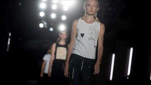 Una modelo luce una de las creaciones de la firma Oscarleon, en la primera jornada de la 22º edicion de la pasarela 080 Barcelona Fashion.