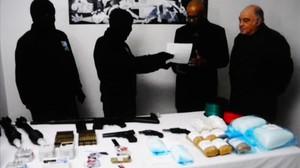 Membres dETA entreguen armes a observadors internacionals, el 2014.