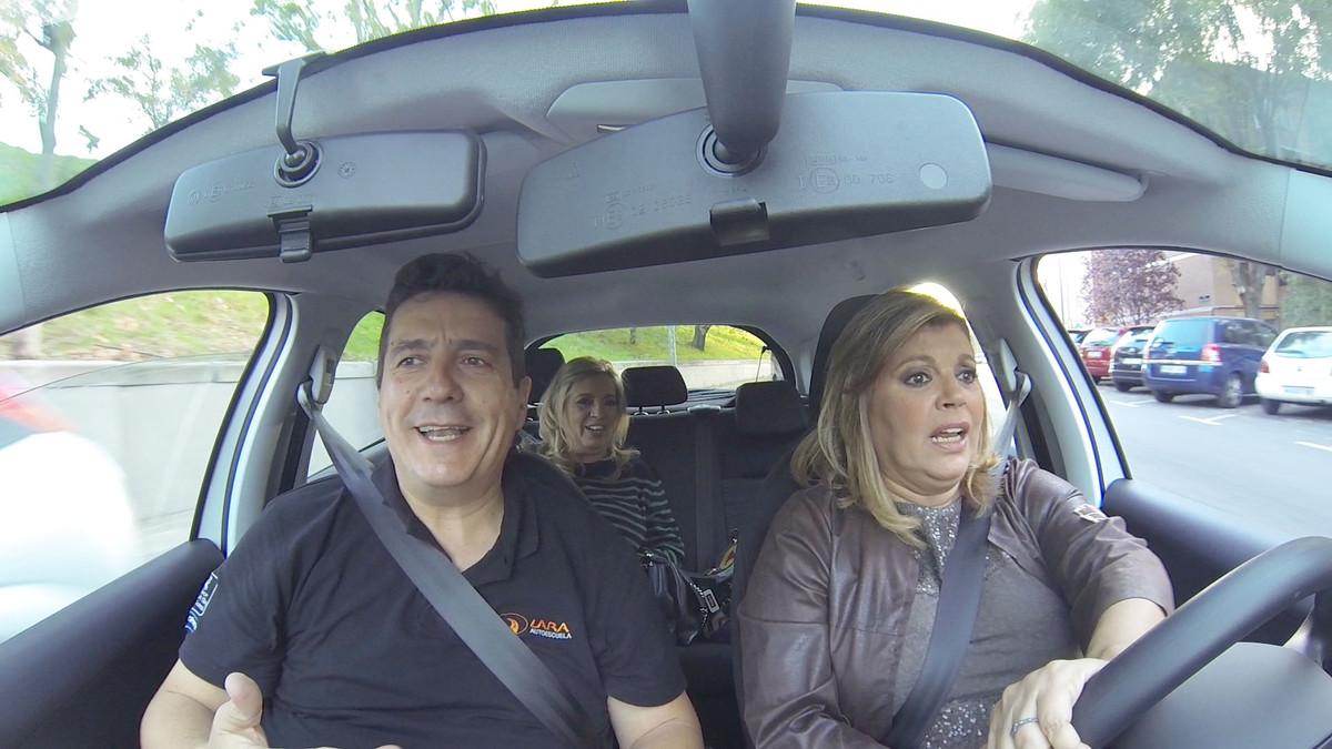 Carmen y Terelu, en una clase de conducción