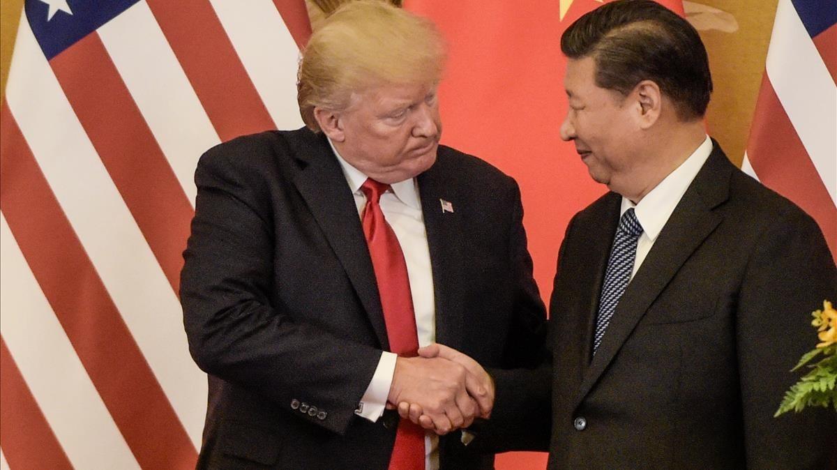 Trump (izquierda) estrecha la mano de Xi al final de su conferencia de prensa conjunta, en Pekín, el 9 de noviembre.