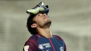 Neymar celebra un gol al Amiens colocándose la bota sobre su cabeza.