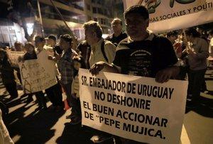 Un grupo de simpatizantes apristas gritan arengas a favor del lider politico peruano Alan Garcia en los exteriores de la residencia del embajador de Uruguay en la ciudad de LimaPeru. EFE Ernesto Arias