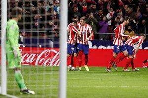 Los jugadores del Atlético celebran un gol ante la desolación del portero del Levante Aitor Fernández.