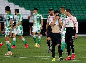 El delantero del Espanyol Wu Lei se lamenta tras fallar una ocasión ante el Betis.