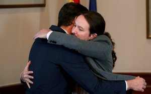 Abrazo de Pedro Sánchez y Pablo Iglesias tras firmar el acuerdo de gobierno.
