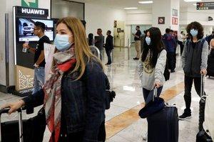 Personas con mascarilla en el aeropuerto de la Ciudad de México.