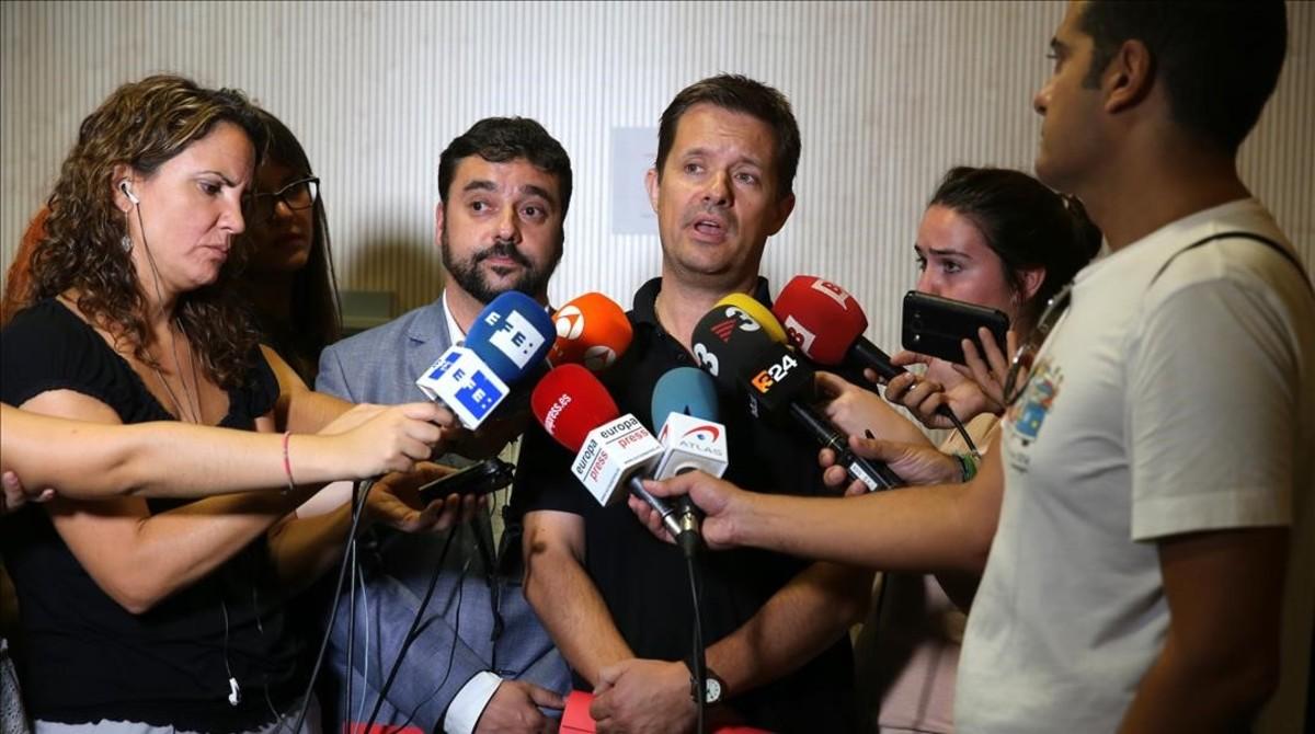 Francesc Iglesies, secretari de Afers Socials i Famílies (izquierda) y Ricard Calvo, director general de la DGAIA, durante la rueda de prensa que han ofrecido hoy en la sede de la 'conselleria'.