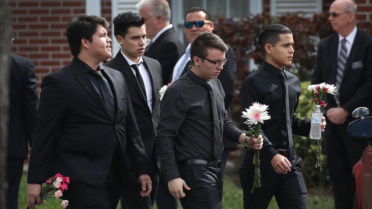 Estudiantes del instituto de Parkland acuden al funeral por su compañeraAlaina Petty, de 14 años, una de las víctimas mortales del tiroteo.