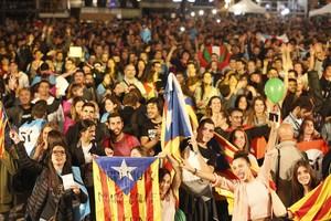 Ambiente en la plaza de Catalunya, la noche del 1-O.