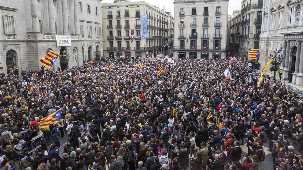 Ambiente en la plaza Sant Jaume durante la conentración del mediodía.