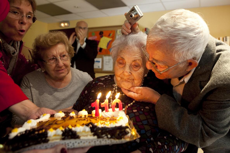 Ana Vela, con sus hijos, durante la celebración de su 110 cumpleaños.