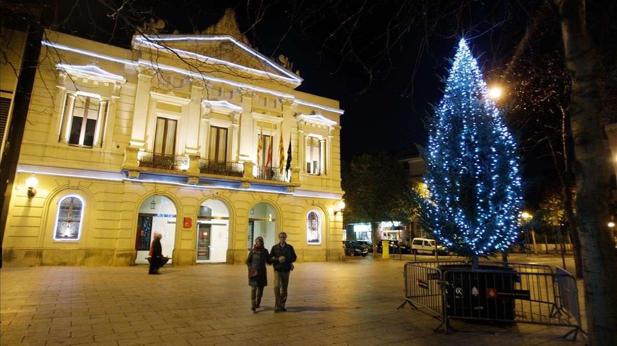 Un árbol de Navidad en una plaza de Barcelona.