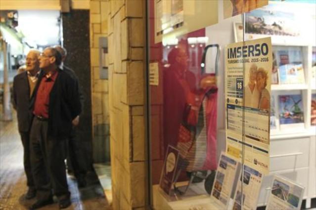 Anuncios de los viajes del Imserso en una agencia de Barcelona.