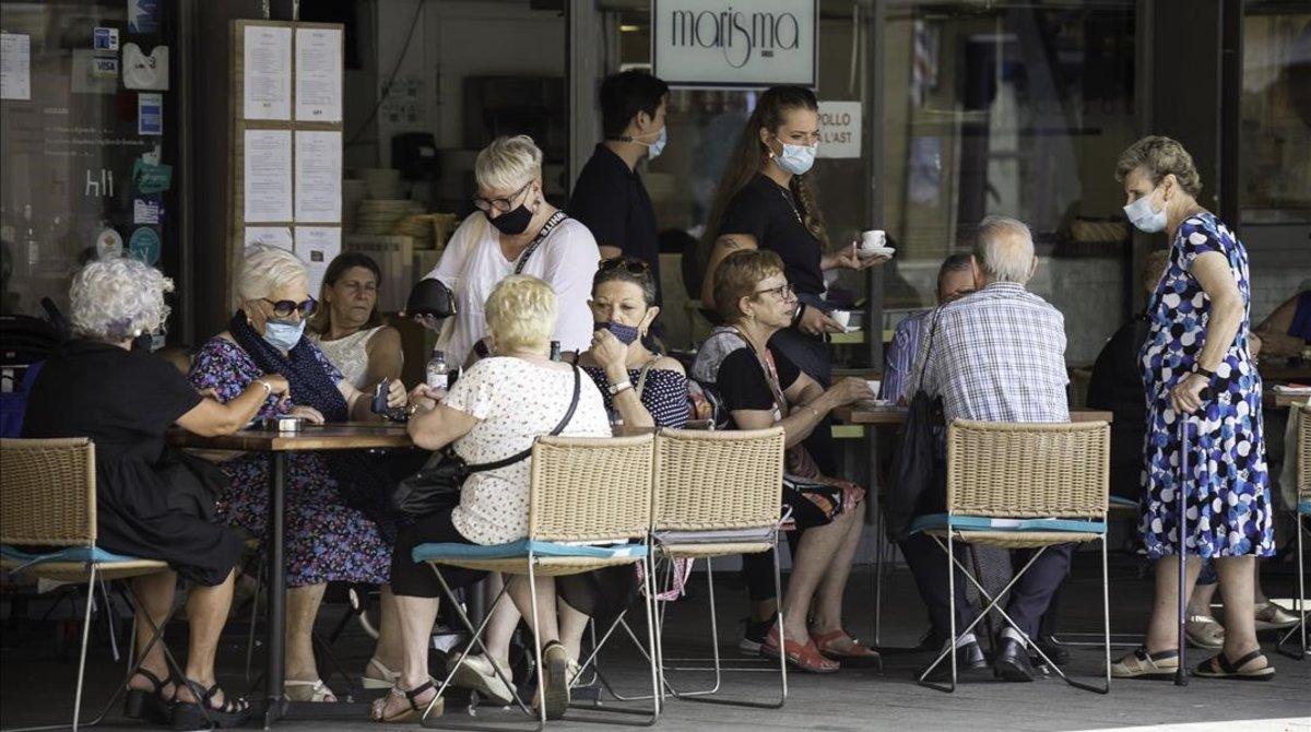 Primer dia de mascarilla obligatoria en toda Catalunya aunque haya distancia de seguridad.En el barrio maritimo de la Barcelonetalos ciudadanos cumplen mayoritariamente con la obligacion de protegerse la boca y la nariz pero no utilizan proteccion junto al mar.