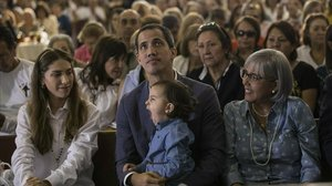 El autoproclamado presidente interino de Venezuela, Juan Guaidó, asiste a una misa junto a su esposa, Fabiana Rosales, y a su hija Miranda en una iglesia en Caracas.