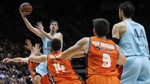 El azulgrana Heurtel penetra a canasta en el partido de Valencia
