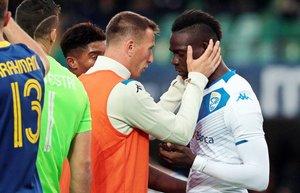 Gastaldello, con peto, trata de convencer a Balotelli para que no abandone el partido.