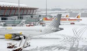Barajas cierra dos pistas para limpiarlas de nieve y prevé que habrá retrasos