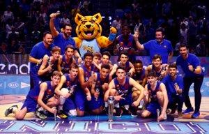 El barça infantil posa con el trofeo de campeón de la Minicopa de Málaga