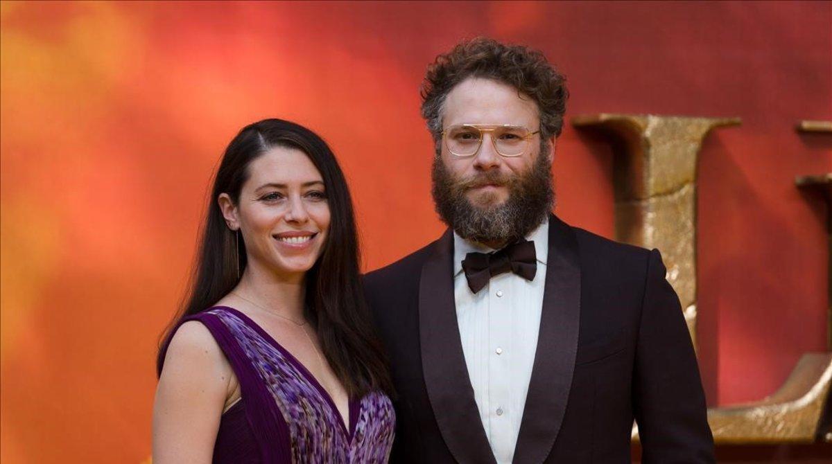 Los actoresSeth Rogen yLauren Miller posan en el estreno de 'El rey león', en Londres.