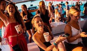 Asistentes a la 'boat party', la mayoría de ellos guiris.