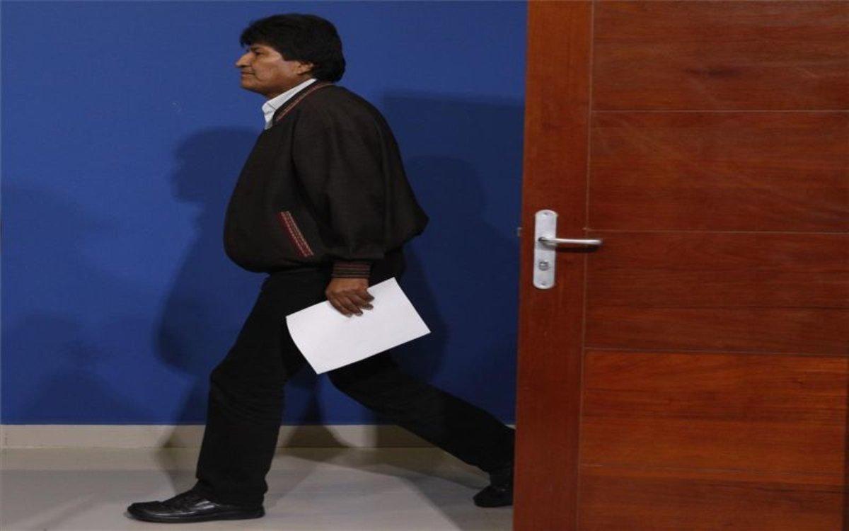 Evo Morales saliendo después de anunciar su renuncia a la presidencia de Bolivia.