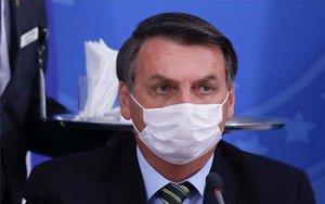 El presidente de Brasil, Jair Bolsonaro, con mascarilla por coronavirus.