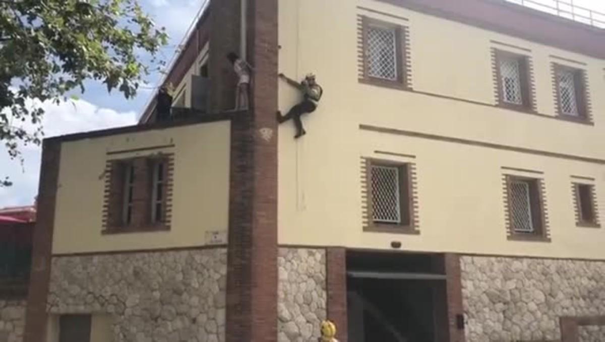 Bombers de la Generalitat impiden el intento de suicidio de una menor. Secuencia difundida en Instagram por josep_bombers_barcelona (sargento de Bombers de Barcelona)
