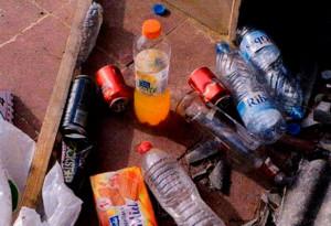 La botella de vodka, entre otros restos dejados por los terroristas.