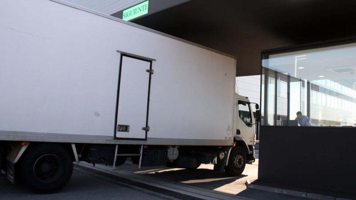 Un camión accede a una factoría.