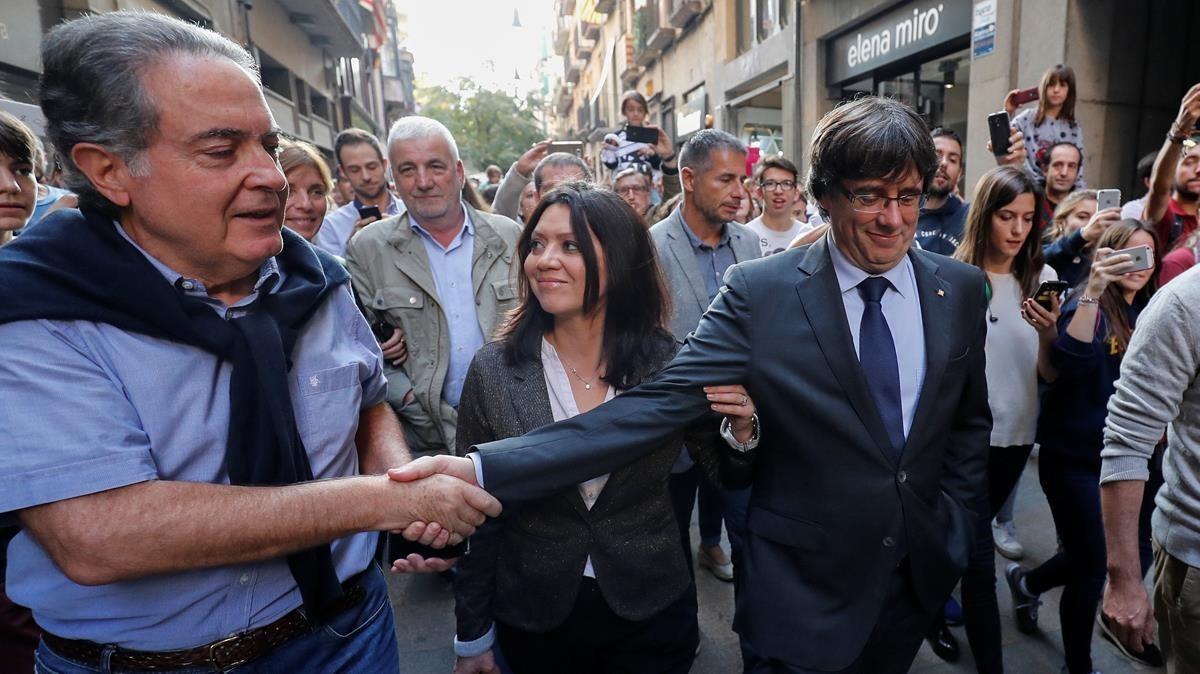 Carles Puigdemont y su esposa, Marcela Topor, saliendo de comer en un restaurant de Girona.