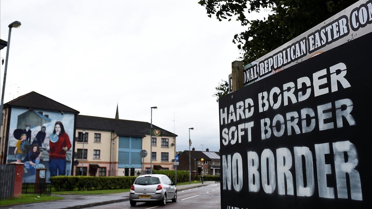 Un cartel en Londonderry, ciudad fronteriza de Irlanda del Norte, con la consigna: Frontera dura, frontera blanda, sin frontera.