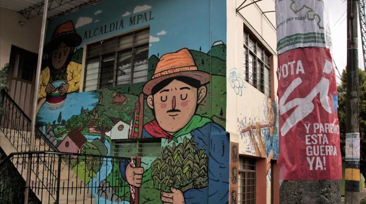 Carteles a favor del 'sí' en el plebiscito frente a la alcaldía de Toribío.