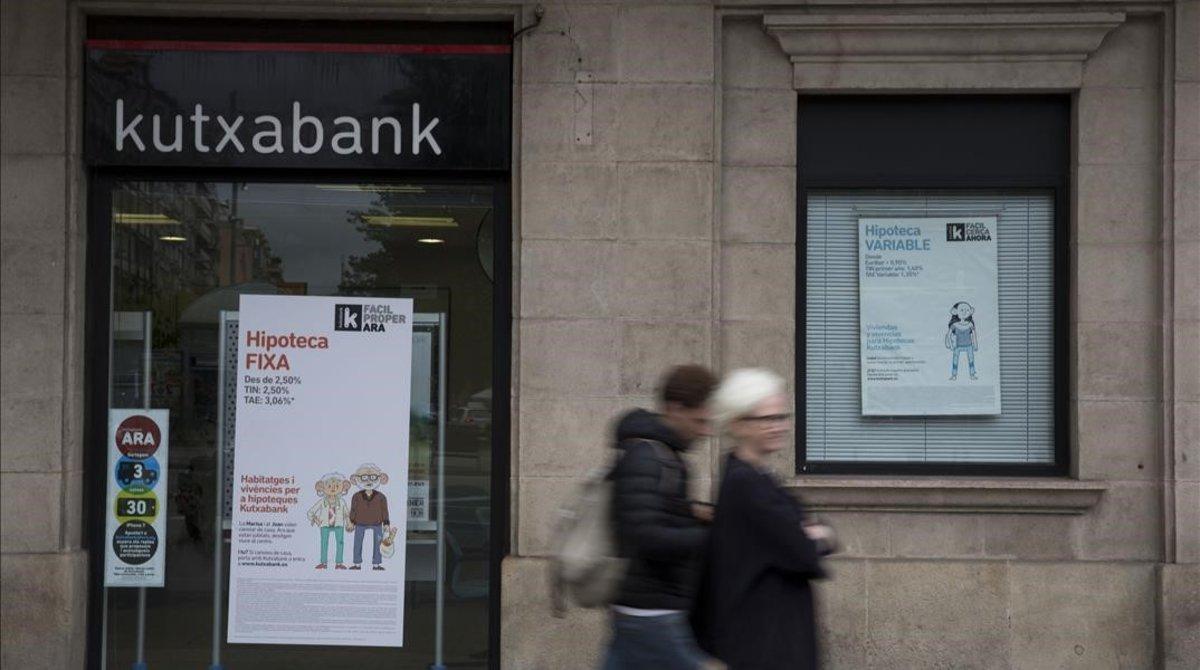 Carteles publicitarios sobre ofertas en tipos dehipotecas en unas oficinas de Kutxabank.