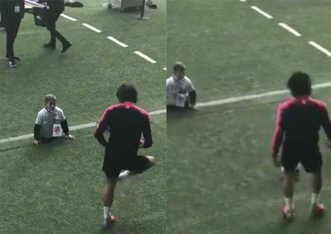 Cavani juega a fútbol con un niño sin piernas.