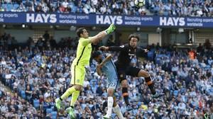 Claudio Bravo sale a despejar un balón ante el Hull.