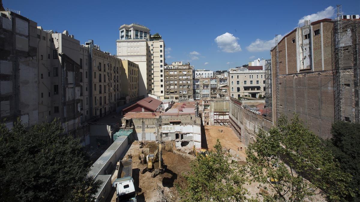 El solar donde se alzaban el teatroNovedades y el Hotel Barcelona, en la calle de Casp, esta semana.