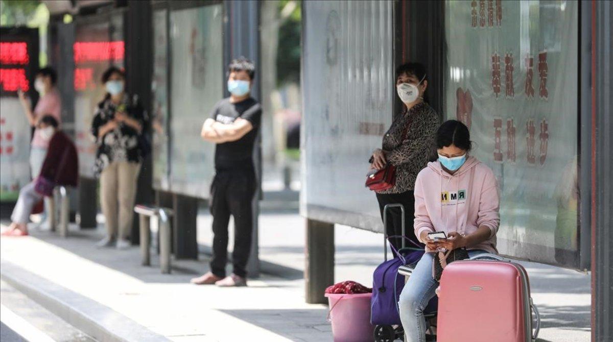 Cola en la estación de autobuses de Wuhan, este lunes.
