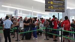 Colas en el control de maletas en la Terminal 1 de El Prat