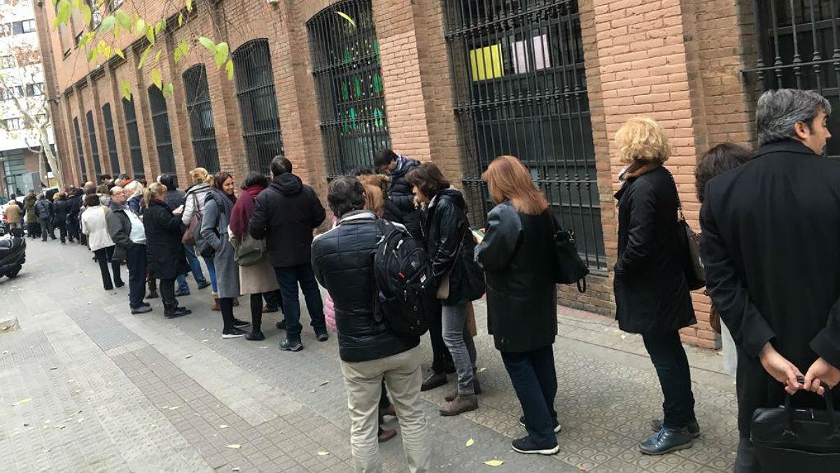 Colas a primera hora en el colegio electoral La Sedeta de Barcelona.