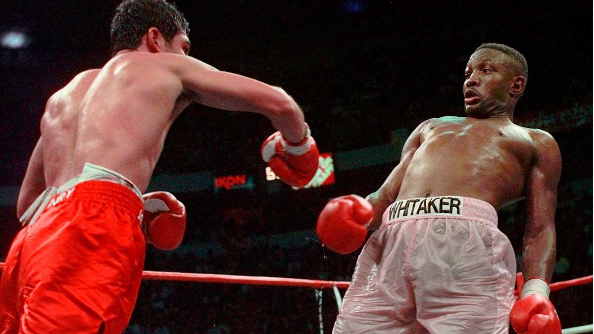 Combate del boxeador Pernell Whitaker, que ha muerto atropellado en Virginia. En la foto, pelea entre Whitaker (derecha) y Oscar de la Hoya, que se proclamó vencedor, en abril de 1997 cuando se jugaban el título WBC en Las Vegas.