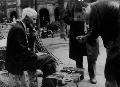 Compra venta de monedas y billetes en la plaza Real de Barcelona.