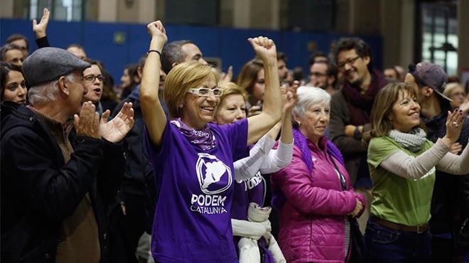 Seguidores de En Comú Podem celebran el sondeo que les da como ganadores en Catalunya.
