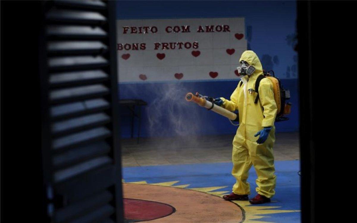 Personal desinfencta una escuela en Brasilia por el coronavirus.