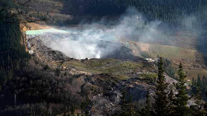 Diez días después, confían en apagar el fuego del vertedero de Zaldibar.