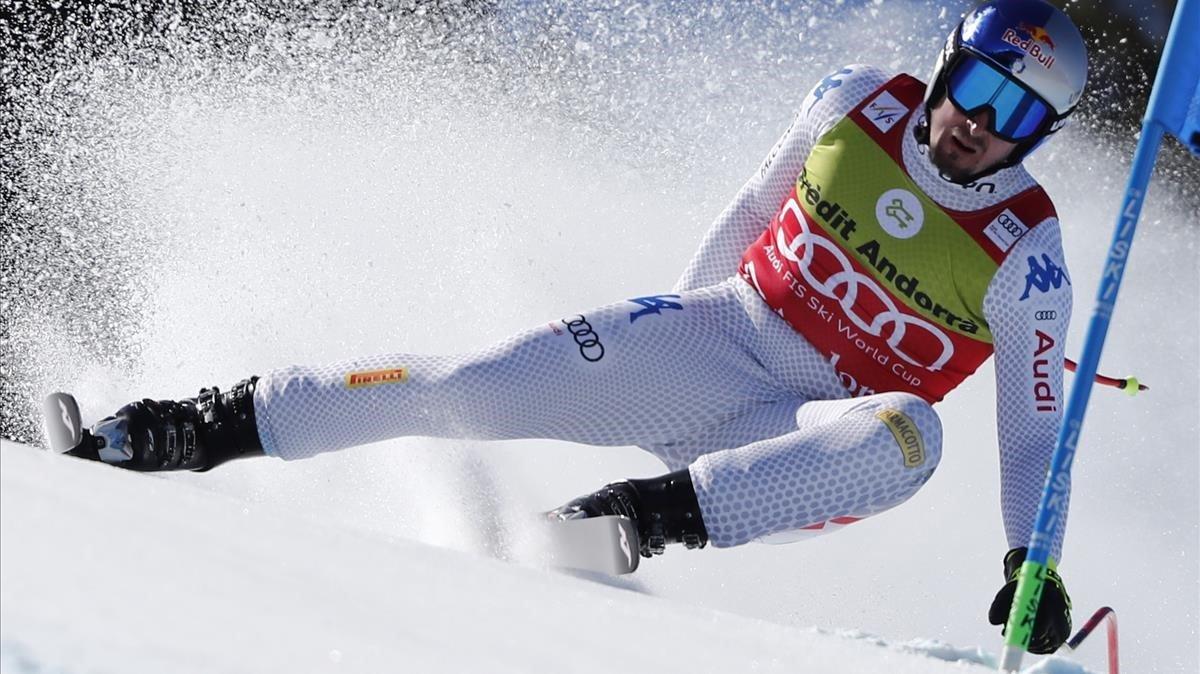 Dominik Paris pasa de manera espectacular una puerta en el supegigante de El Tarter (Andorra).