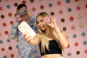 Dos jóvenes se inmortalizan en el nuevo estudio selfi de Londres, en Westfield.