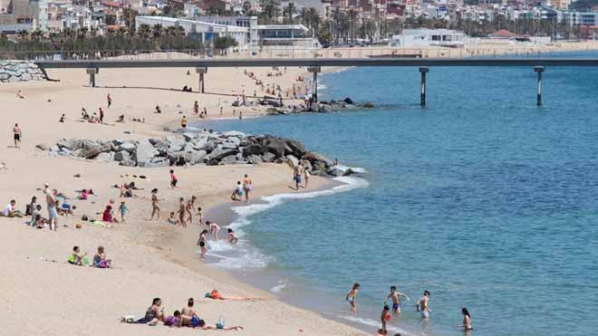 Ecologistas en acción otorga 48 banderas negras a las playas españolas más contaminadas. En la foto, la playa de Badalona, mencionada en el informe por su deficiente depuración de las aguas.