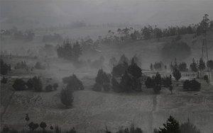 Caída de ceniza volcánica en sembradíos de Ecuador.