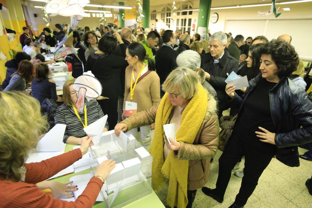 El civismo, el amarillo y una participación madrugadora protagonizan la mañana de las elecciones en una jornada atípica.